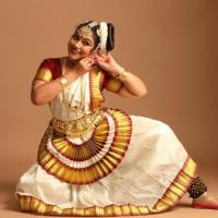 Mohiniyattam Costumes at Narthaki Dance Collections in Kalady
